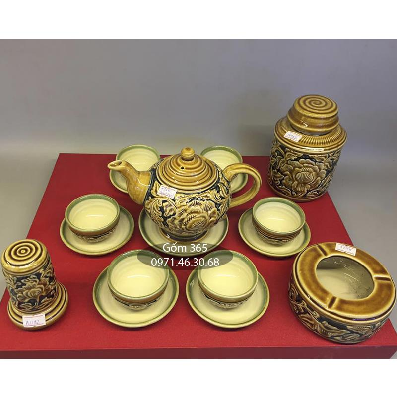 Bộ ấm trà khắc nổi hoa phù dung men vàng dáng đèn thần và phụ kiện