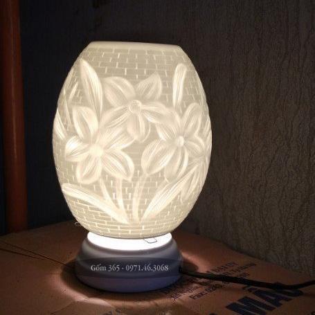Đèn xông tinh dầu Bát Tràng khắc ba bông hoa
