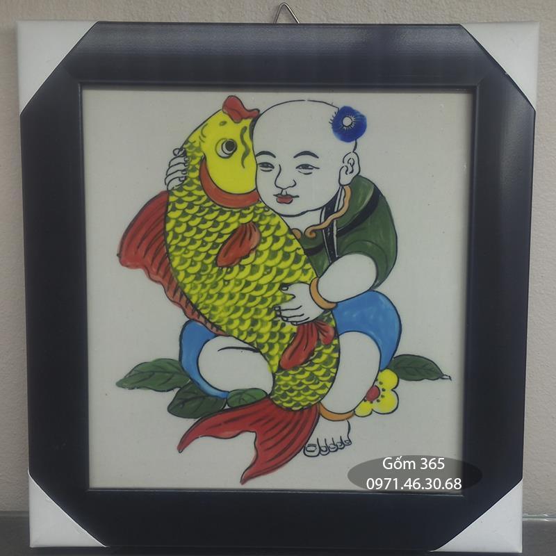 Tranh sứ Bát Tràng - Tranh Hữu Dư - Em bé ôm cá